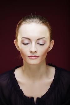 Hermosa mujer modelo con maquillaje diario fresco