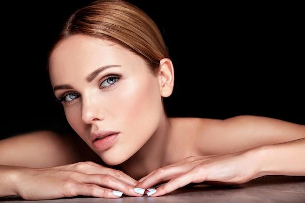 Hermosa mujer modelo sin maquillaje y limpia la piel sana cara en negro