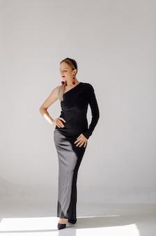 Hermosa mujer modelo posando en vestido elegante