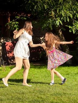 Hermosa mujer morena una joven sosteniendo ands y bailando en el patio