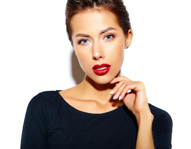 Hermosa mujer morena sexy linda feliz en vestido negro casual con labios rojos en la pared blanca