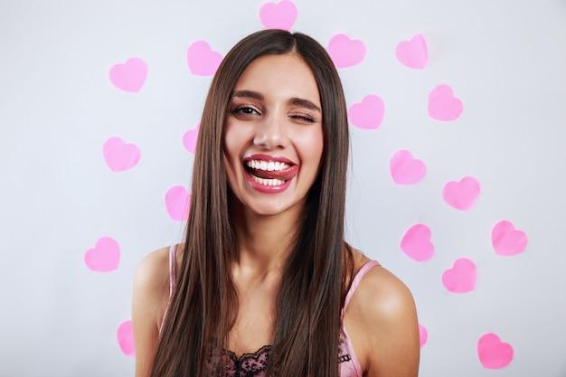 Hermosa mujer morena sonriendo. expresiones faciales expresivas. concepto de amor del día de san valentín