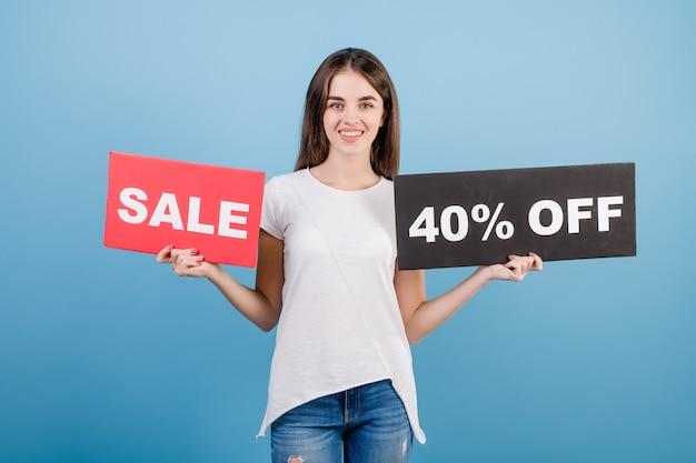 Hermosa mujer morena con texto de copyspace 40% signo de venta aislado sobre azul