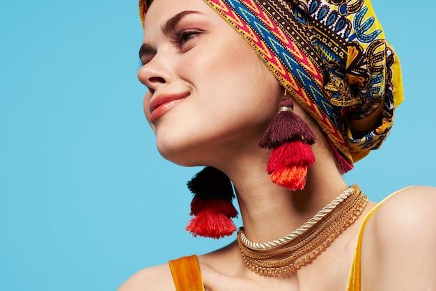 Hermosa mujer multicolor mantón etnia estilo africano decoraciones modelo de estudio