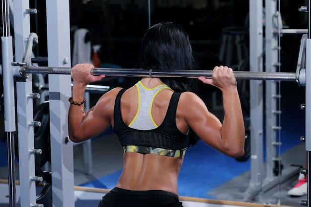 Hermosa mujer muscular en un gimnasio