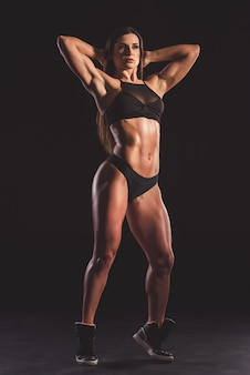 Hermosa mujer musculosa fuerte