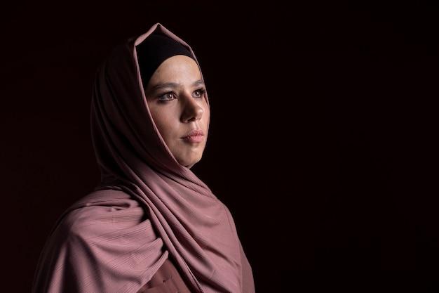 Hermosa mujer musulmana con un hijab