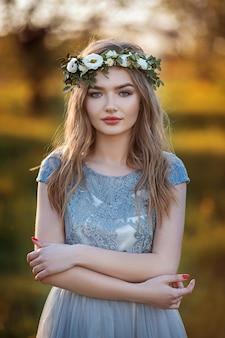 Hermosa mujer natural en el jardín.