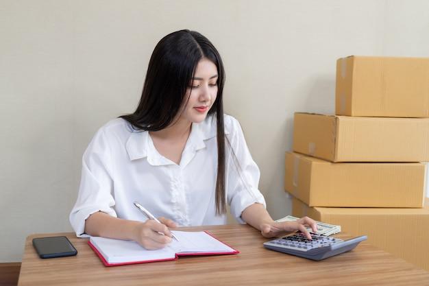 Hermosa mujer de negocios asiática joven cayó feliz después de pedir producto