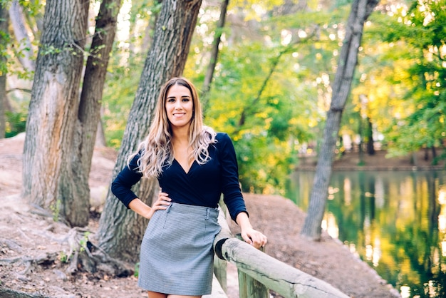 Hermosa mujer de negocios ejecutivo posando en traje de negocios en un entorno natural.