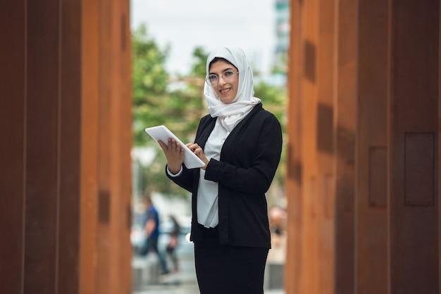 Hermosa mujer de negocios exitosa musulmana retrato confiado feliz ceo
