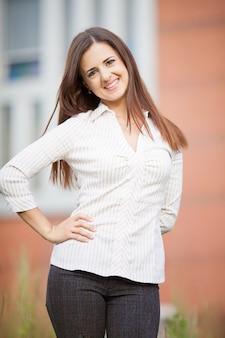 Hermosa mujer de negocios en el fondo de la oficina moderna