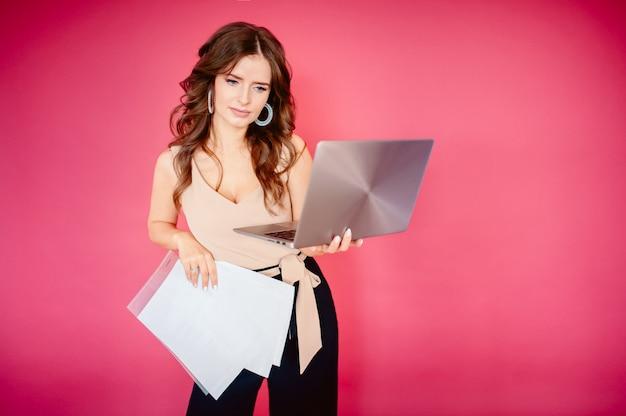 Hermosa mujer de negocios soñando mientras trabajaba en la computadora en su oficina