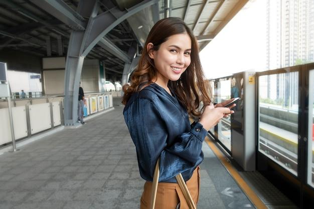 Hermosa mujer de negocios en el tren del metro en la ciudad