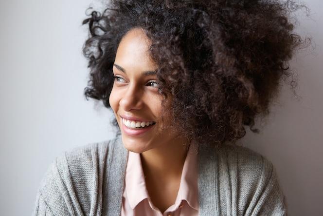 Hermosa mujer negra sonriendo y mirando a otro lado