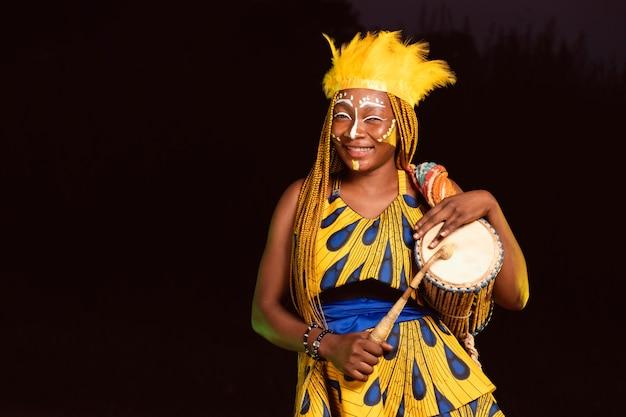 Hermosa mujer por la noche en el carnaval