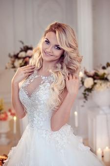 Hermosa mujer novia en un magnífico vestido.