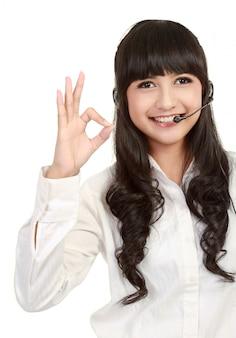 Hermosa mujer de operador de servicio al cliente con auriculares