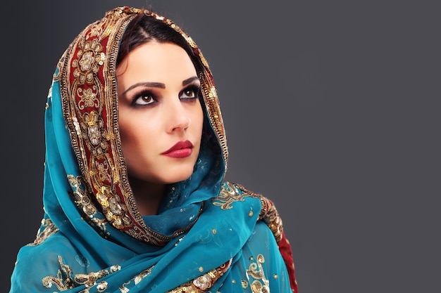 Hermosa mujer oriental misteriosa
