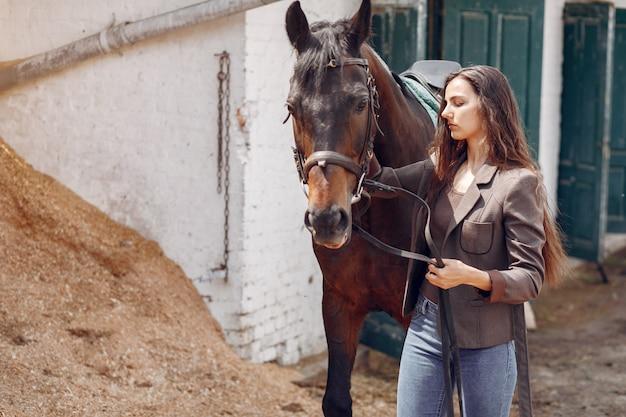 Hermosa mujer pasar tiempo con un caballo