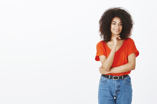 Hermosa mujer con peinado afro posando en el estudio