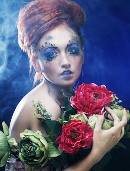 Hermosa mujer pelirroja con flores