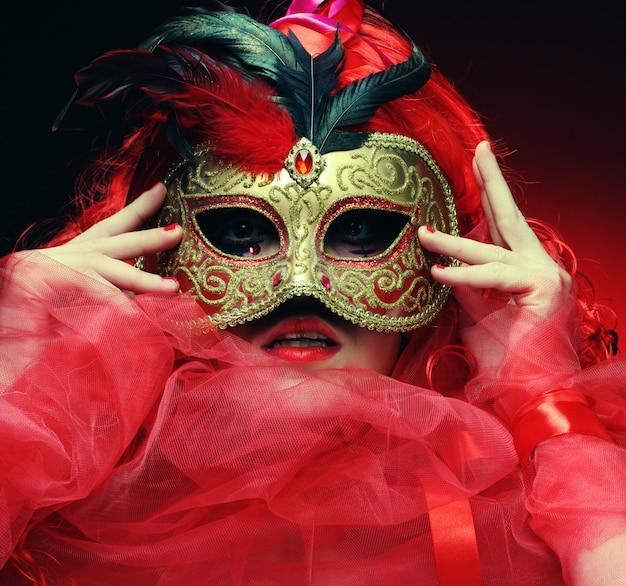 Hermosa mujer pelirroja con máscara