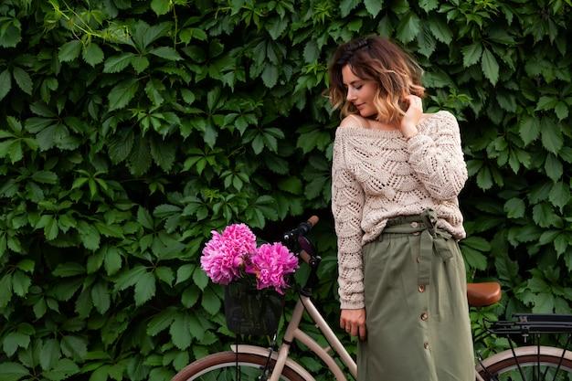 Hermosa mujer de pelo oscuro en suéter sonriendo