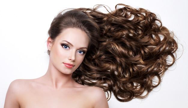 Hermosa mujer con pelos largos belleza - en espacio en blanco