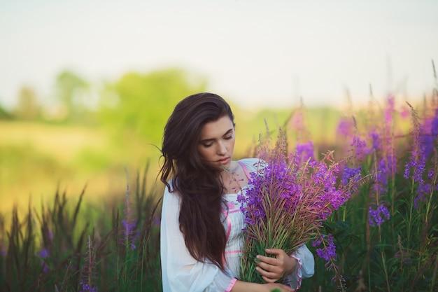 Hermosa mujer de pie en un campo
