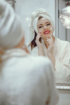 Hermosa mujer de pie en un cuarto de baño