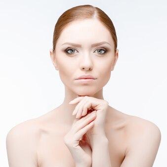 Hermosa mujer con piel limpia y fresca