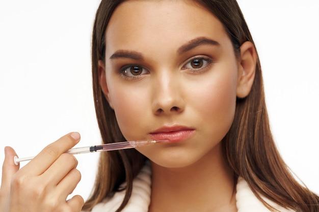 Hermosa mujer con piel limpia haciendo tratamiento de colágeno aislado
