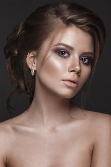Hermosa mujer con piel perfecta y maquillaje de noche