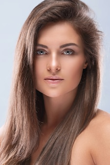 Hermosa mujer con piel perfecta y maquillaje nude