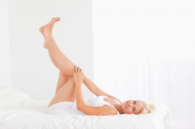 Hermosa mujer con las piernas arriba