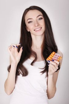 Hermosa mujer con píldoras anticonceptivas, anticonceptivos orales