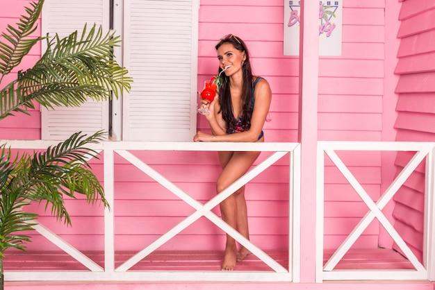 Hermosa mujer en una playa tropical
