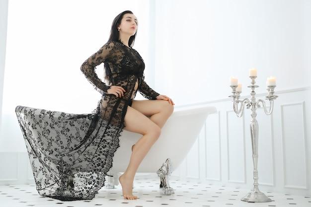 Hermosa mujer posando en casa en el baño.