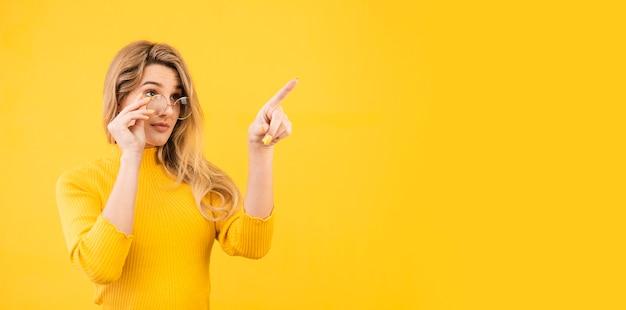 Hermosa mujer posando con gafas