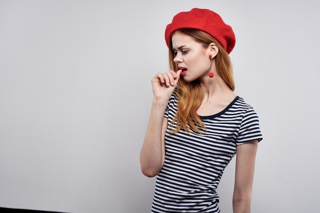 Hermosa mujer posando moda atractivo mirada rojo aretes joyas fondo aislado. foto de alta calidad