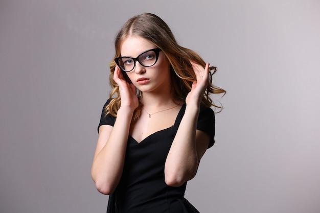 Hermosa mujer posando en vestido elegante