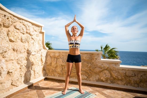 Hermosa mujer practicando yoga