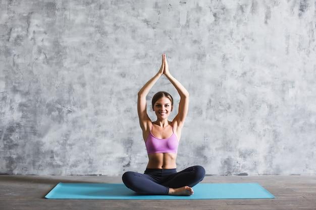 Hermosa mujer practicando yoga.