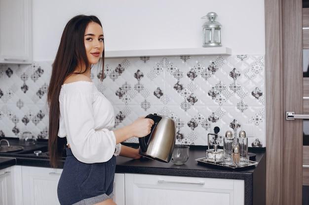 Hermosa mujer prepara comida en una cocina