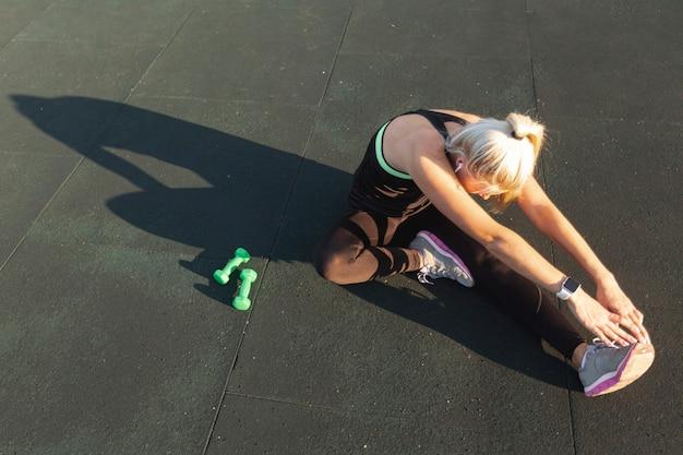 Hermosa mujer preparándose para ejercicios de entrenamiento