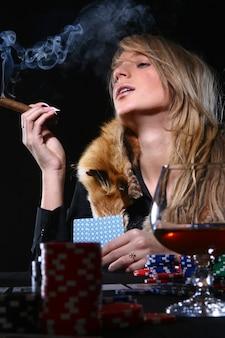 Hermosa mujer que fuma cigarro