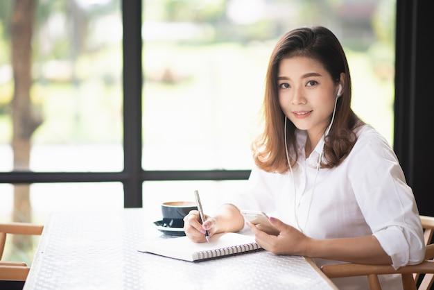 Hermosa mujer que trabaja en el café