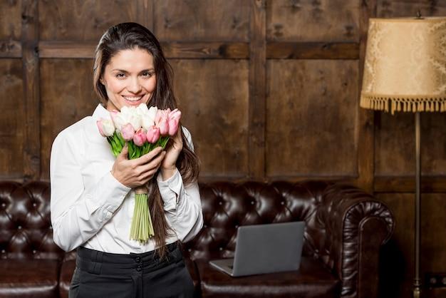 Hermosa mujer con ramo de flores