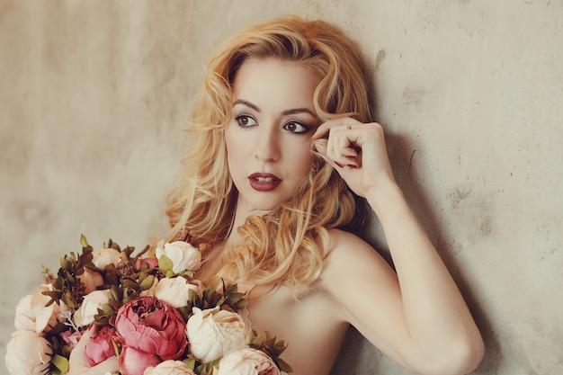Hermosa mujer con ramo de rosas